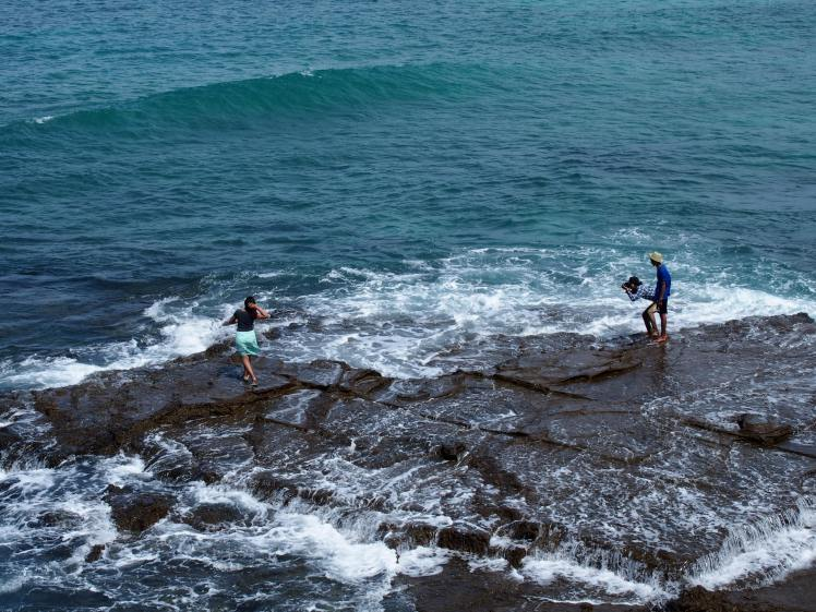 Menerjang bahaya demi foto cihuy. Pantai Tanjung Aan, Lombok
