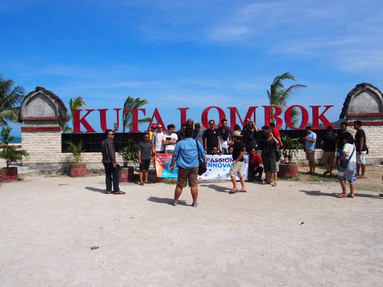 Mau foto tulisan, tapi udah diserbu :( Pantai Kuta, Lombok